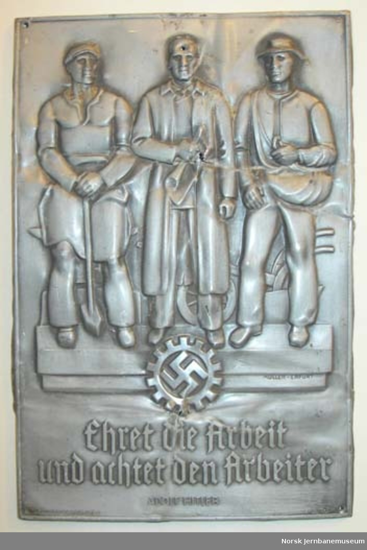"""Plakett : """"Ehret die Arbeit und achtet den Arbeiter / Adolf Hitler"""""""