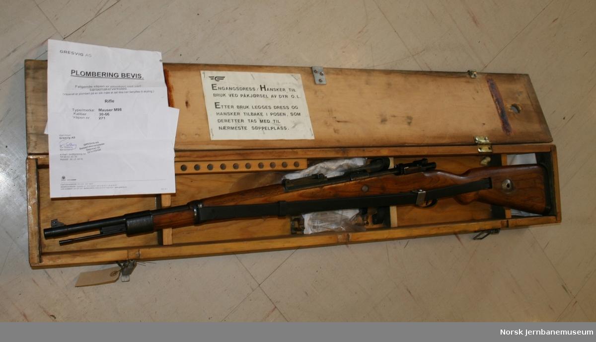 Gevær : Mauser karabin M98 med tilhørende utstyr i geværkasse fra NSB merket PT031 og 2107. Kassen inneholder foruten geværet kopi av plomberingsbevis. Origialt plomberingsbevis er lagt til arkiv.