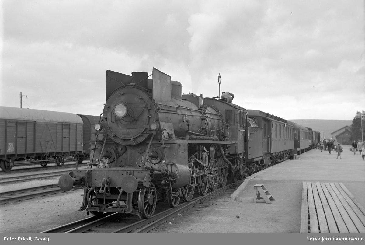 Damplokomotiv type 26c nr. 413 foran Rørosbanens dagtog 302 på  Røros stasjon