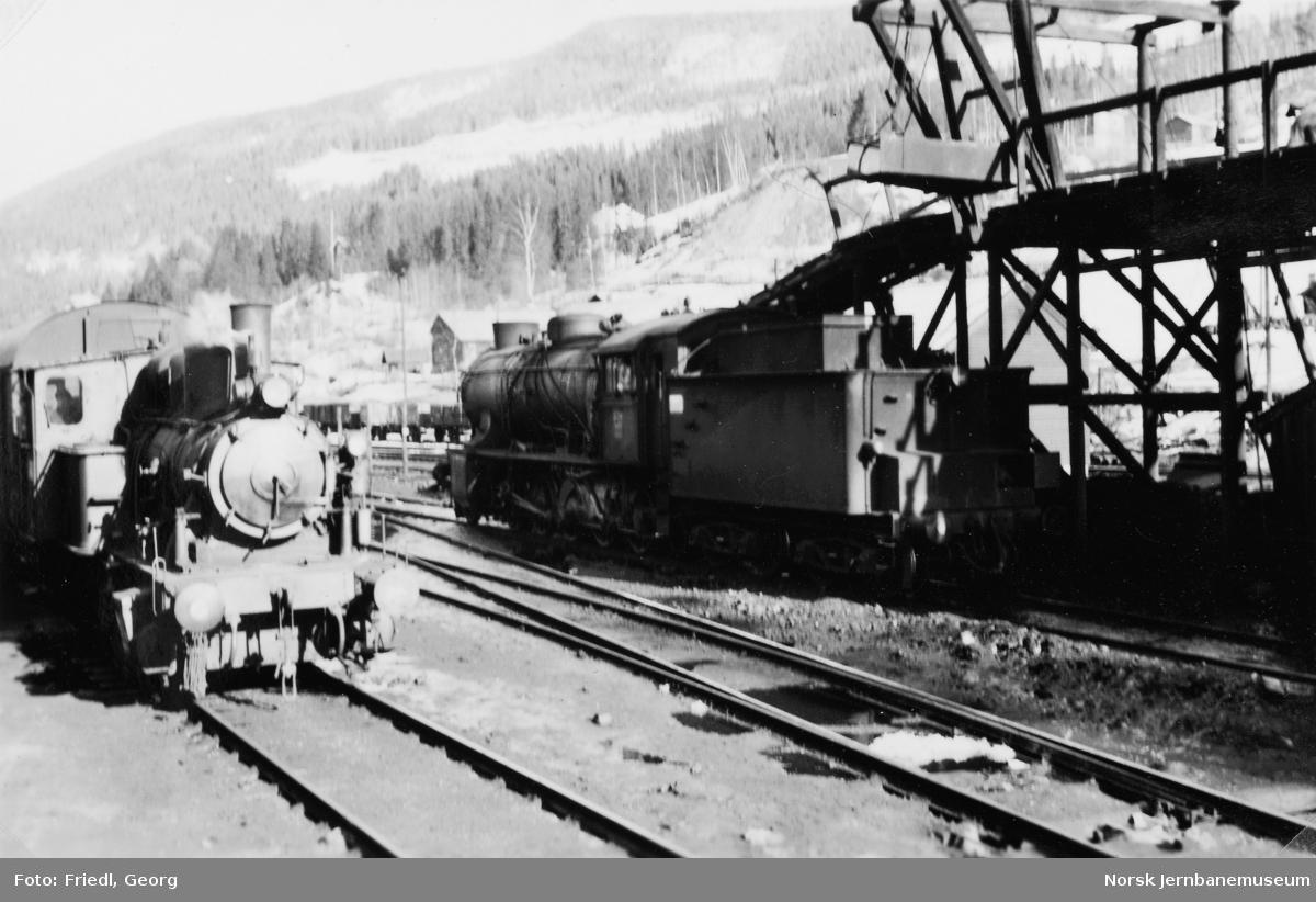 Damplokomotivene type 25a nr. 306 og 39a nr. 309 på Ål stasjon