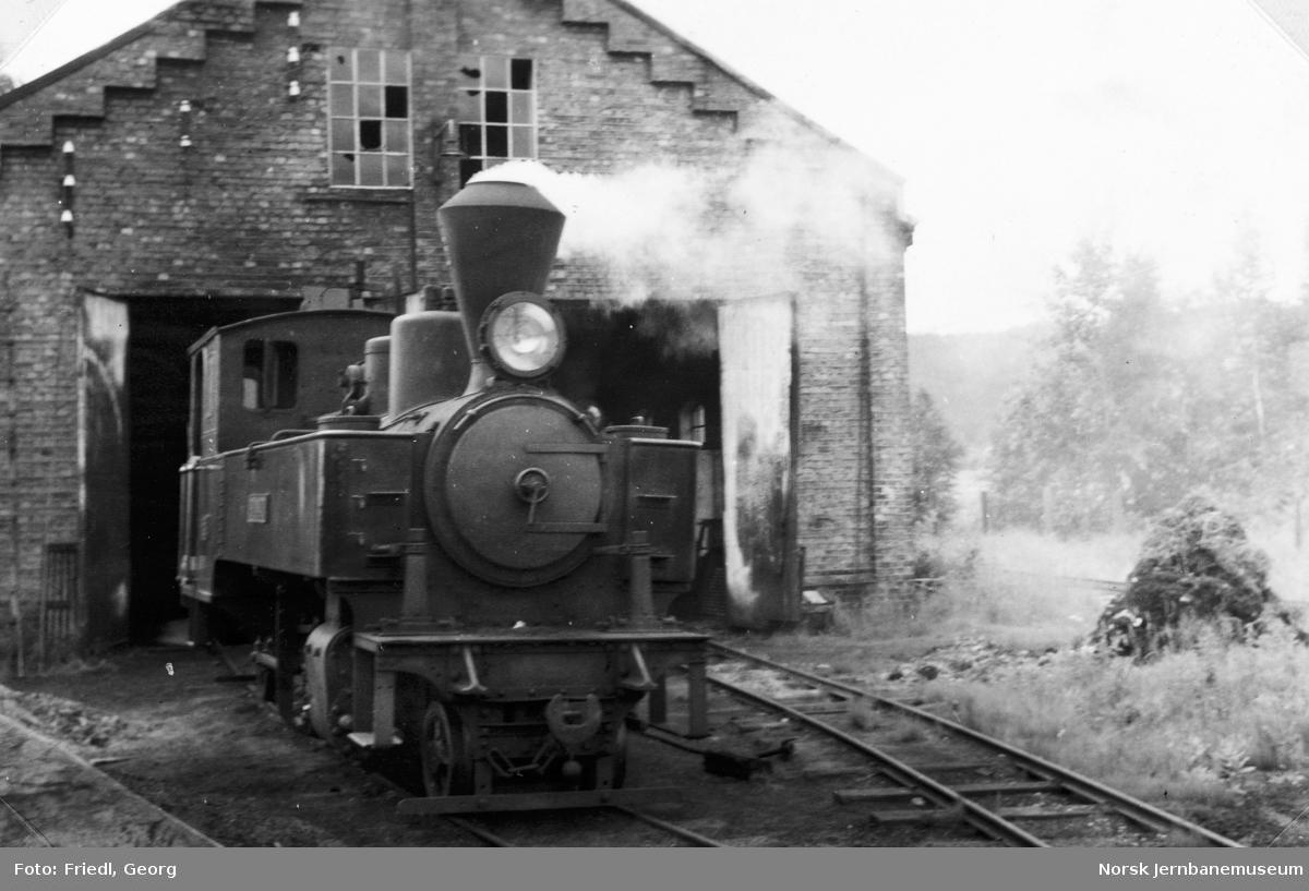 """Damplokomotiv type XXIXa nr. 6 """"Høland"""" på Bjørkelangen stasjon - under oppfyring til turisttoget"""