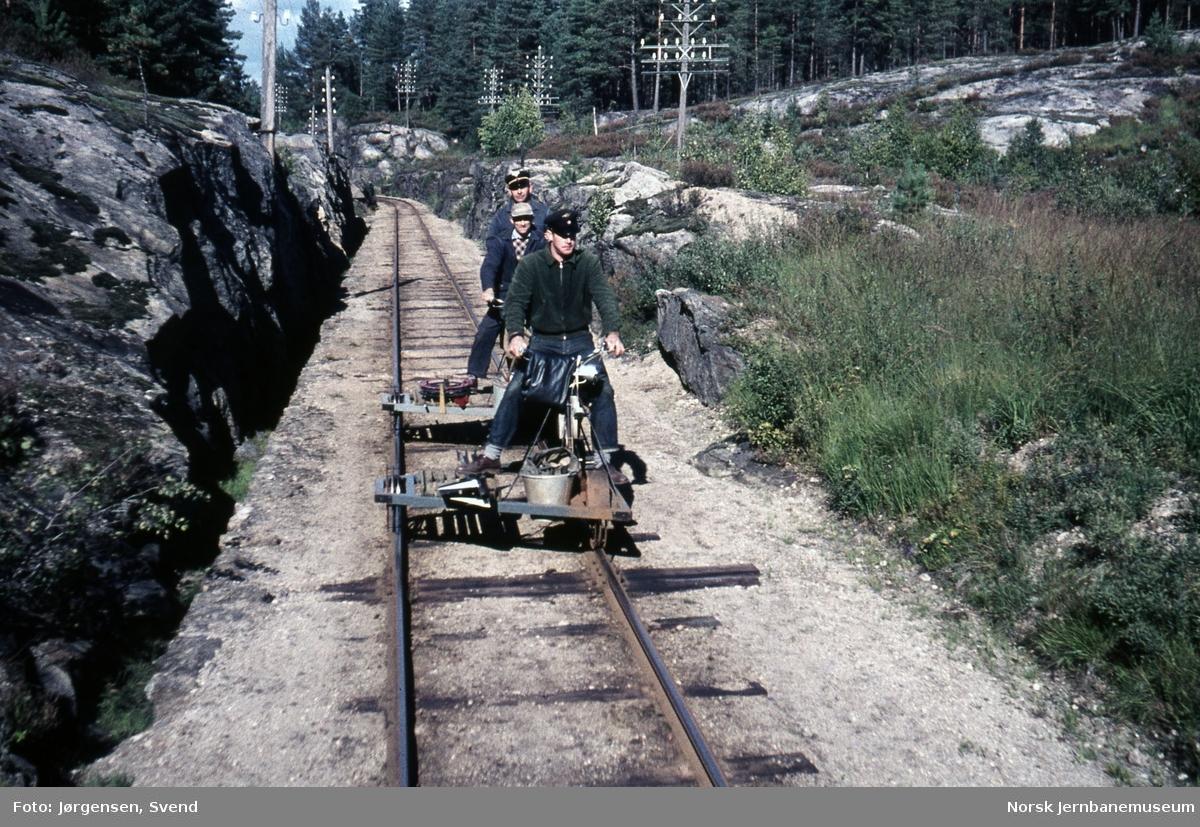 Banearbeidere med dresiner nord for Hestvåg holdeplass