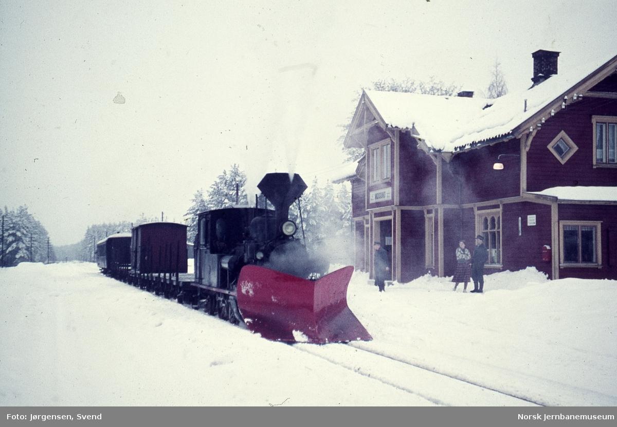 Damplokomotiv nr. 5 med godstog 5661 på Moisund stoppested