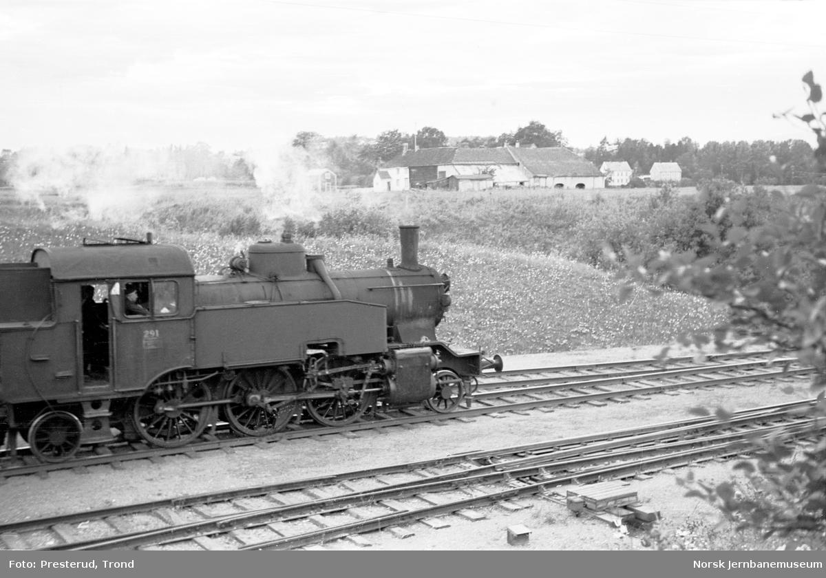 Damplokomotiv type 32a nr. 291 med lokaltog ved Leangen