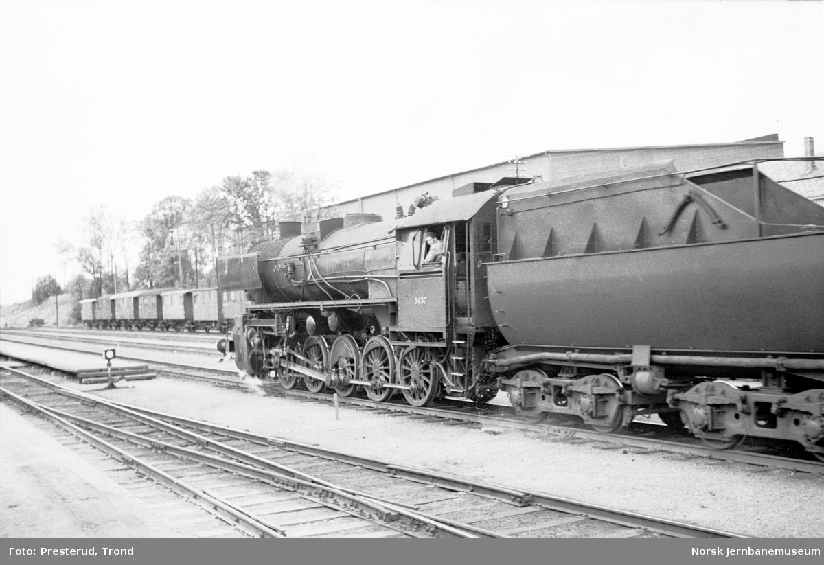 Damplokomotiv type 63a nr. 3437 i passerende tog