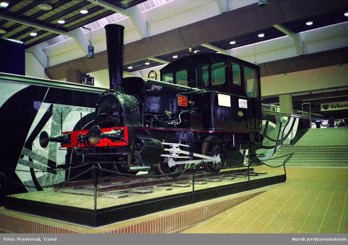 Damplokomotiver type 7a nr. 25 utstilt i hallen på Oslo Ø