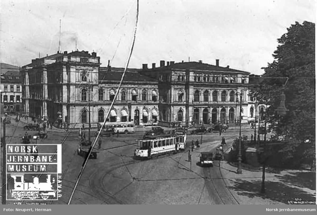 Sjøsiden av Oslo Østbanestasjon med sporvogner, buss og biler