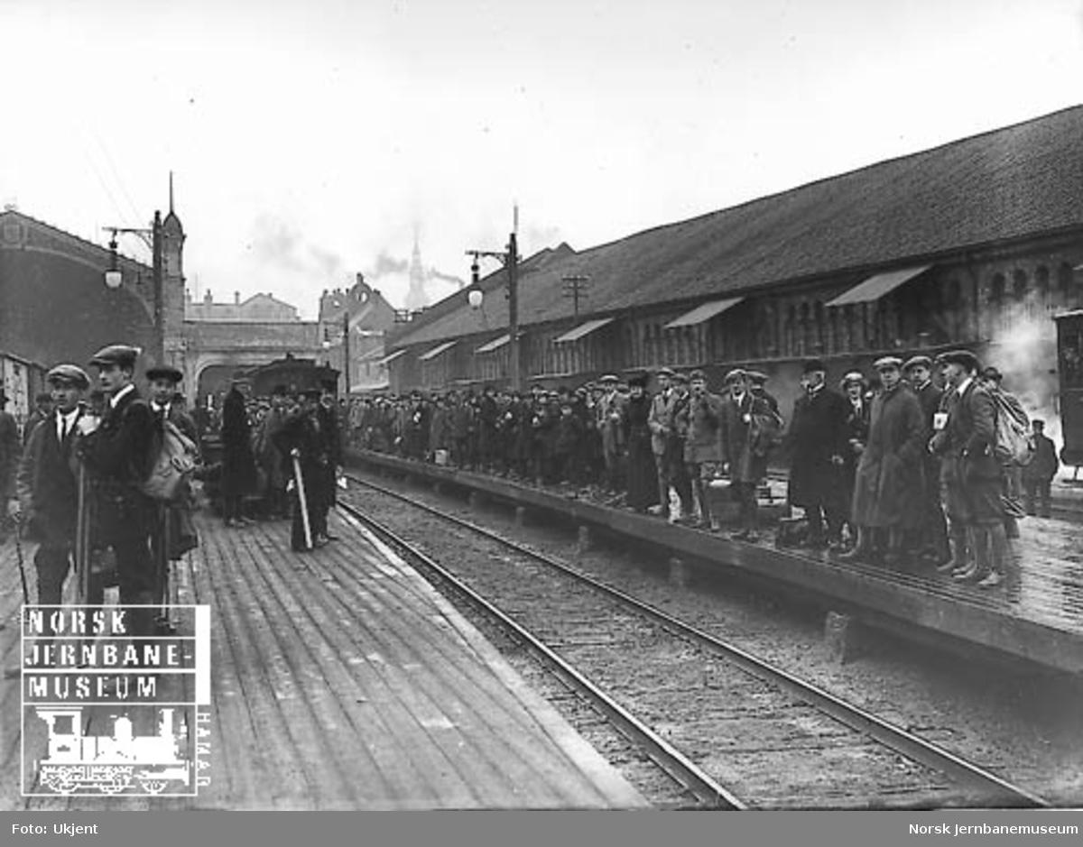 Reisende på plattformen Østbanen