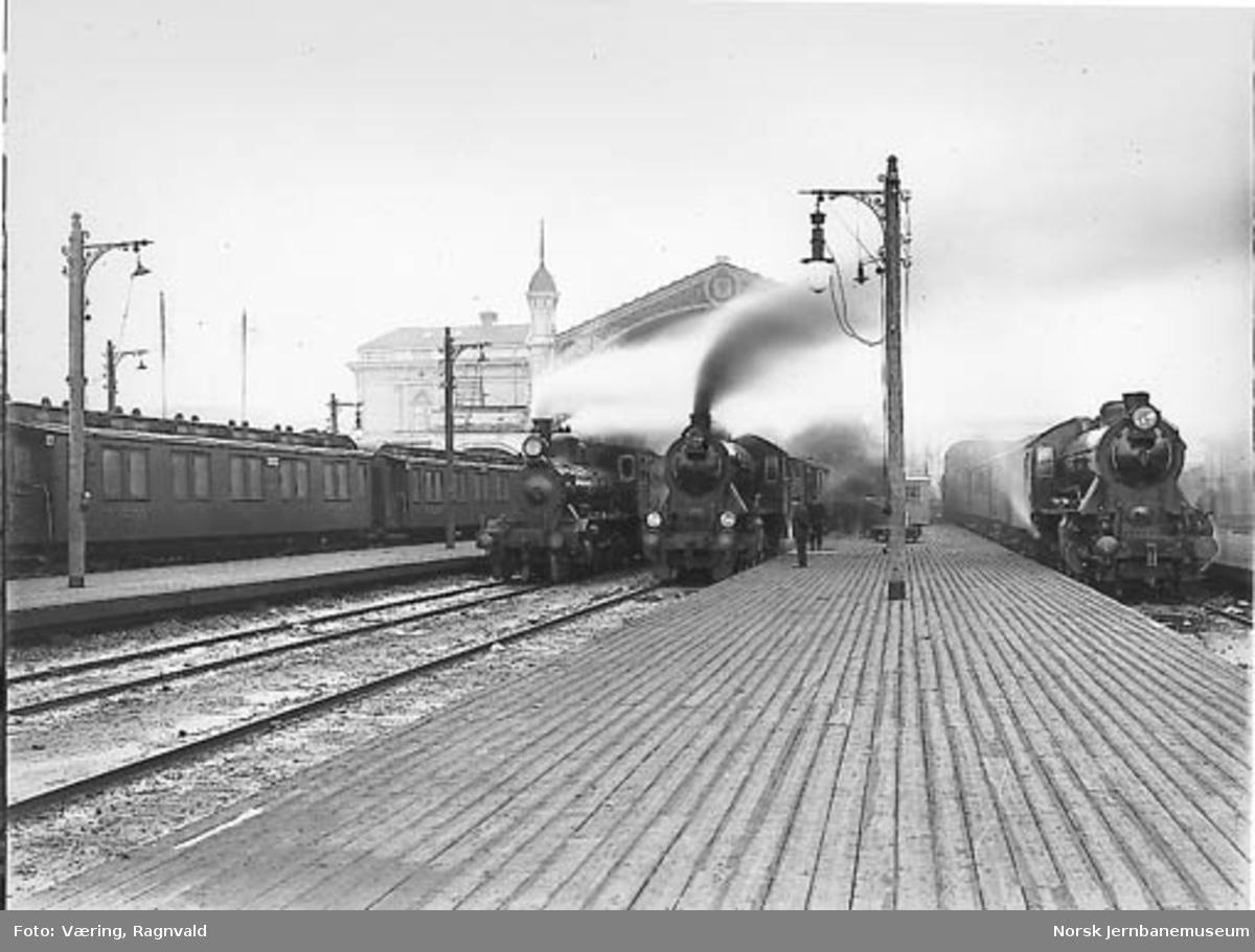 Damplokomotiver med persontog på Østbanen en tidlig morgen