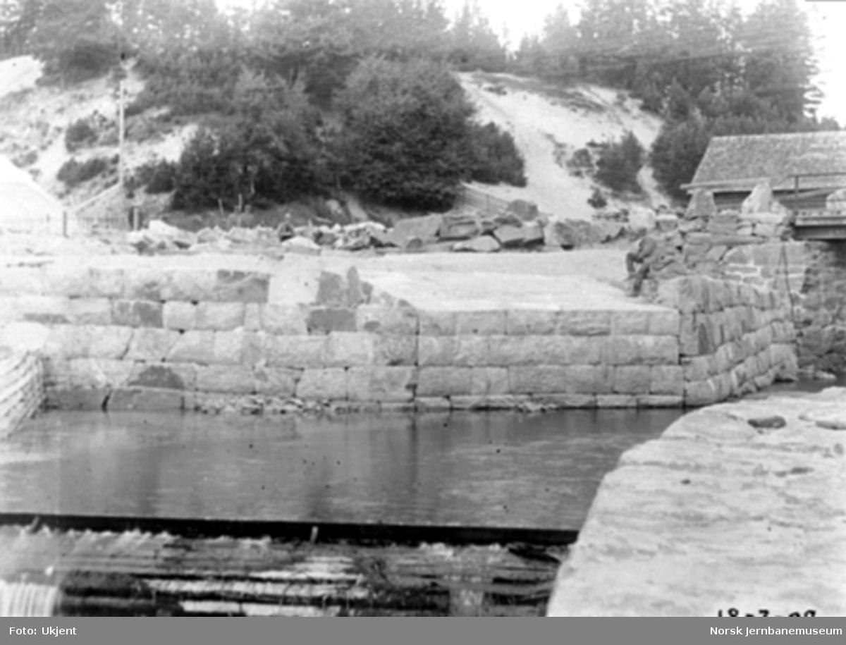 Jømna steinhvelvsbru; arbeidet med landkarene