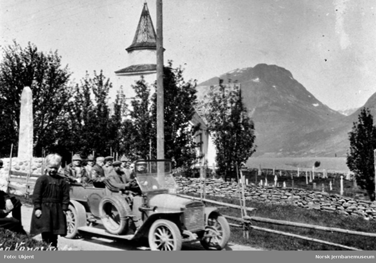 Rutebil E-512 med stortingets jernbanekomité, avdelingsingeniør Pedersen og banedirektør Aubert ved Vang kirke