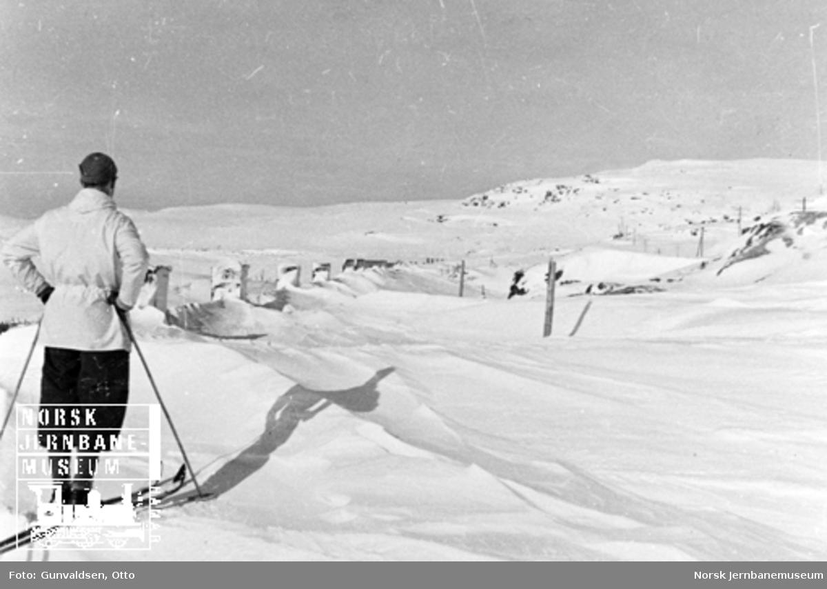 Inspektør Winsvold på ski oppe på snøoverbygg på Sandå