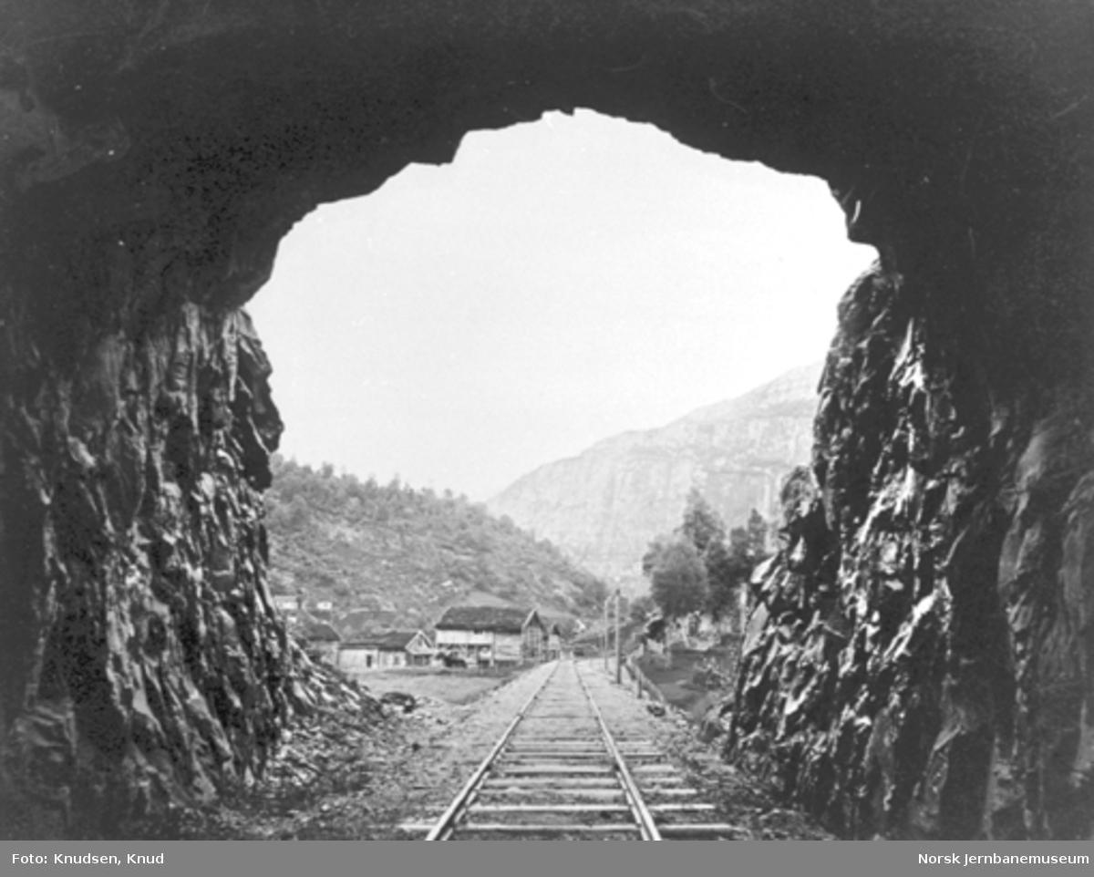 Parti fra Vossebanen; foto ut fra åpningen av Torbjørnstona tunnel