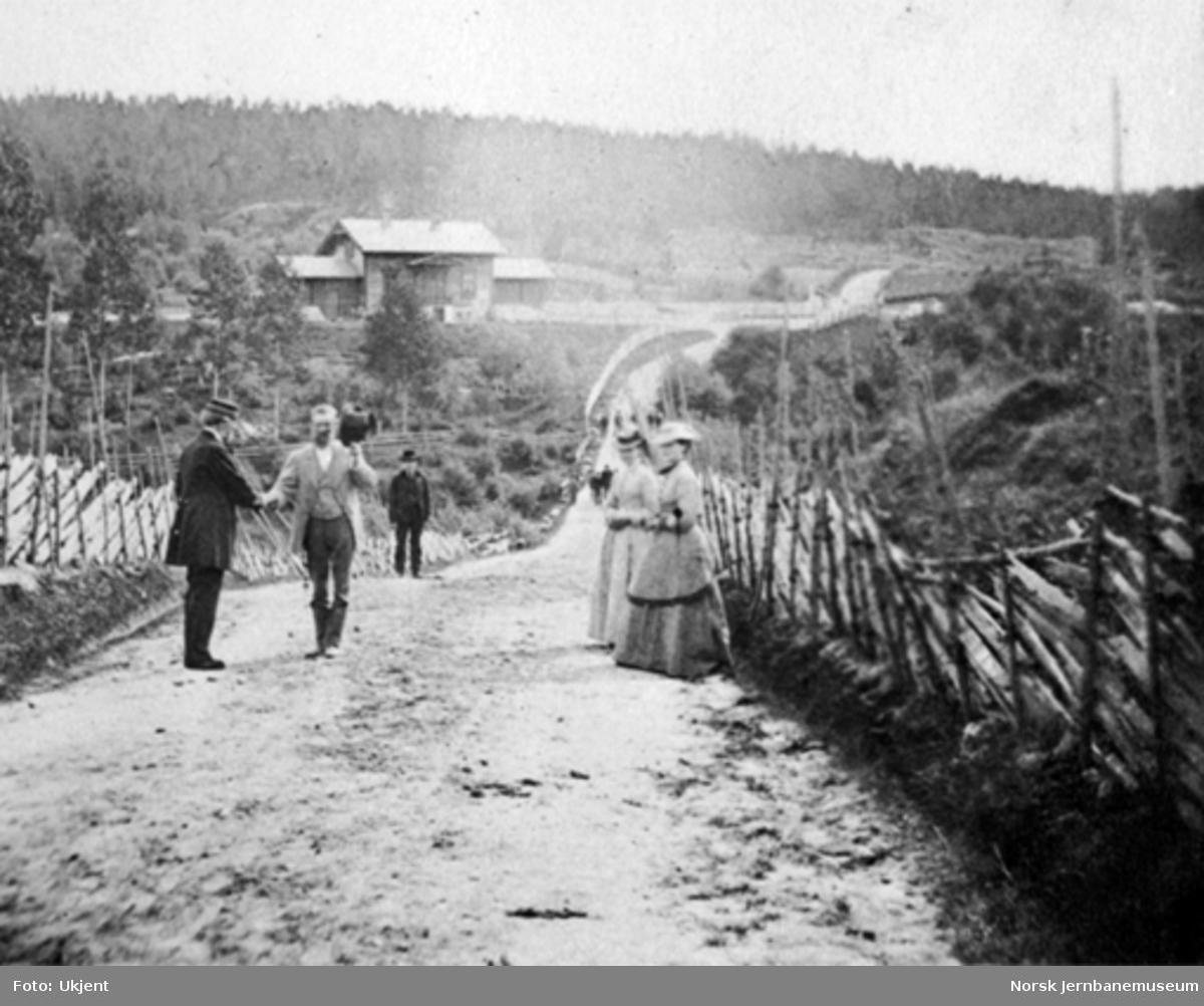 Landevegen i Snarum, stasjonen i bakgrunnen