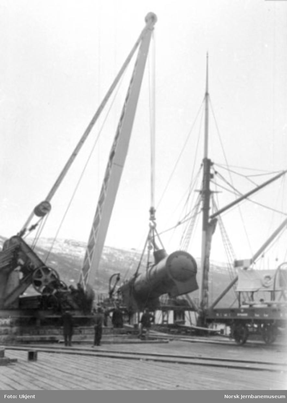 Lossing av kjele til damplokomotiv type 19 på Fagernes i Narvik