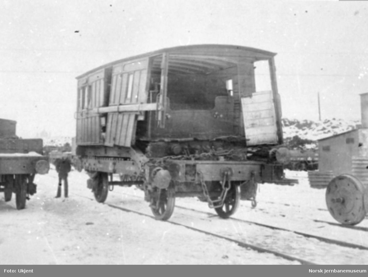 Skadet BF-vognkasse opplastet på K-vogn - og med tenderen fra lok nr. 17 inne i vognkassen - etter togsammenstøtet ved Åbogen 4. mars 1873