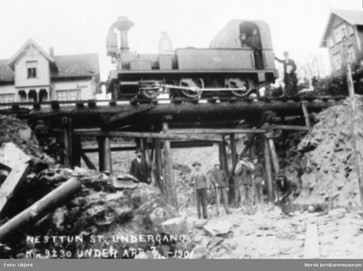 Bygging av ny undergang på Nesttun stasjon ved Vossebanens ombygging : damplokomotiv type II nr. 9 på den provisoriske brua