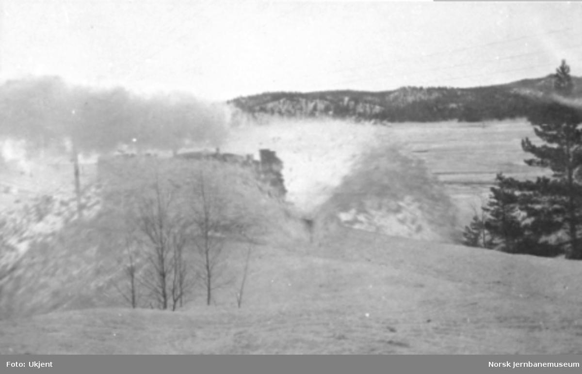 """""""Fra snesjauen 27. jan. - 4. febr. 1920"""" : brøyting med damplokomotiv med stor frontplog"""