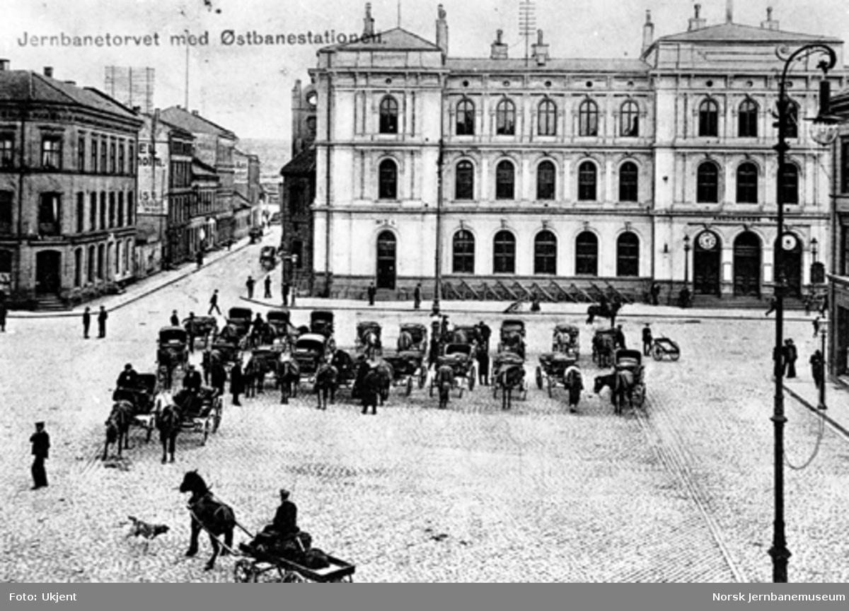 Hester og vogner oppstilt utenfor Østbanen