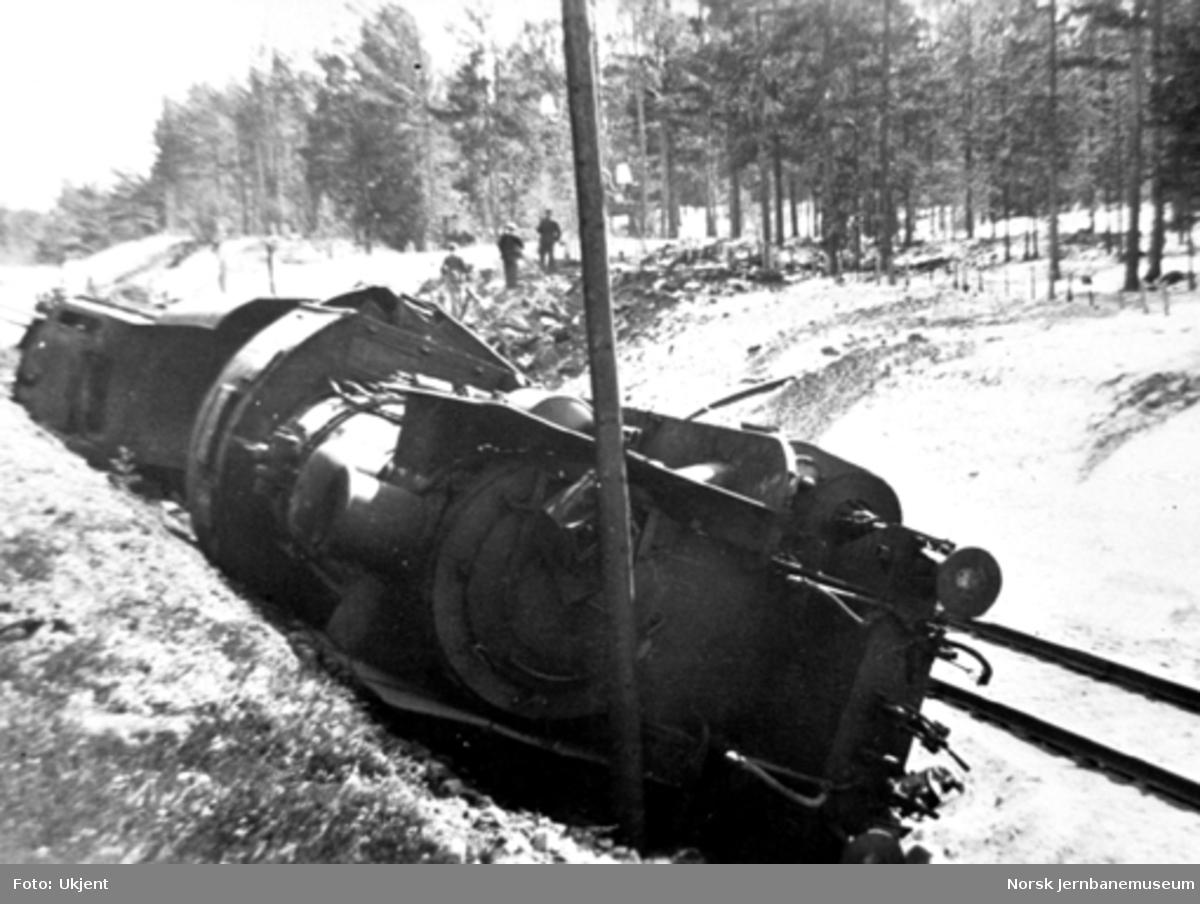 Avsporet damplokomotiv type 45a nr. 5 mellom Lesjaskog og Lesjaverk, hvor toget kjørte ut i et bombehull