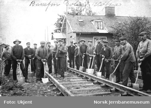 Banemannskaper på Hovedbanen med banevokterboligen på Kløfta i bakgrunnen