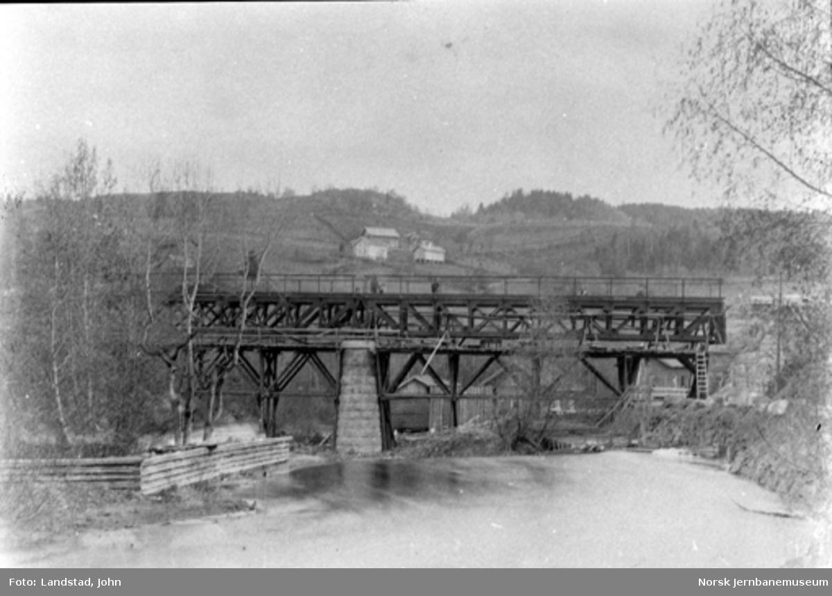 Bru over Augedalselva ved Thomt, montering av spennene våren 1900