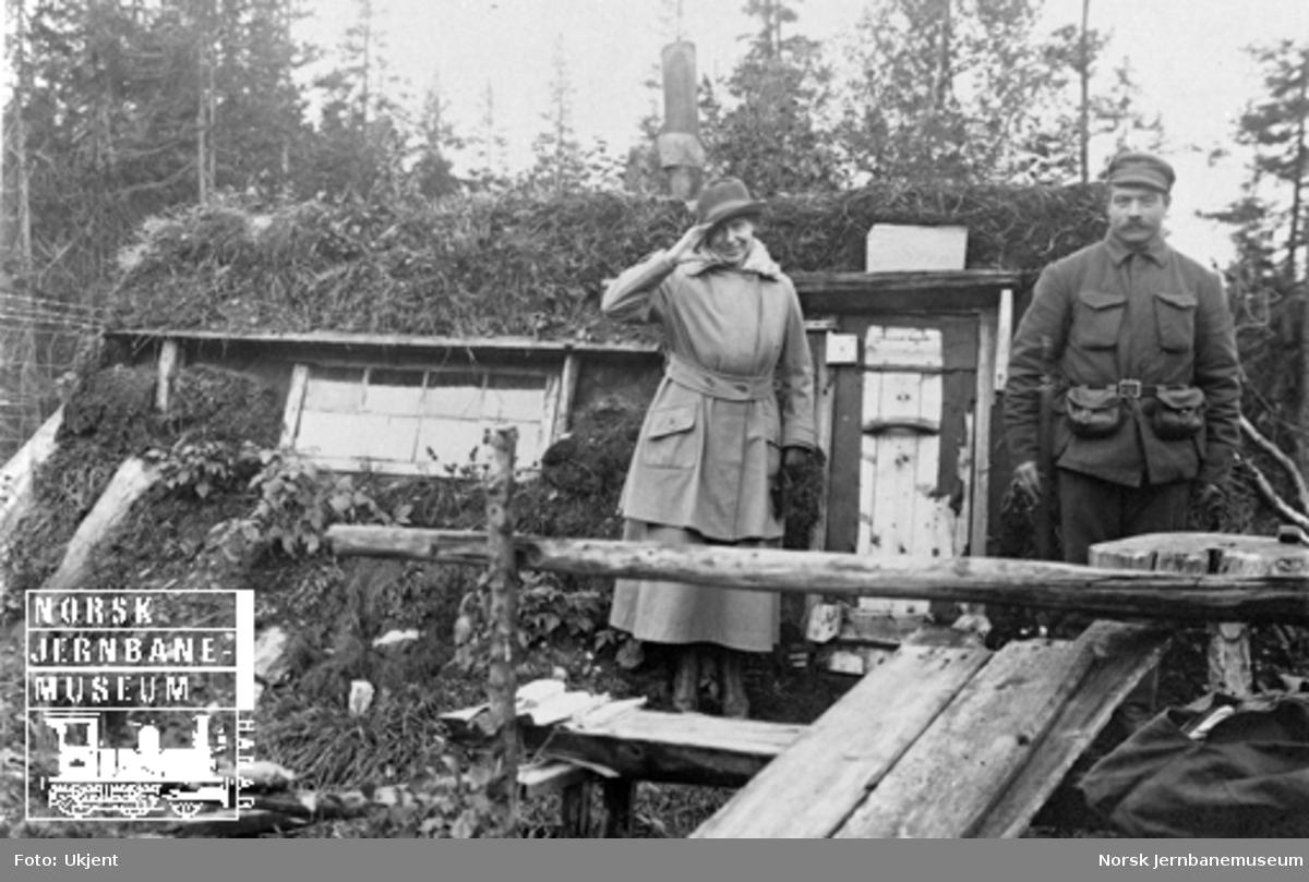 Militær brovakt ved Drøia med sin hytte og kvinnelige besøk