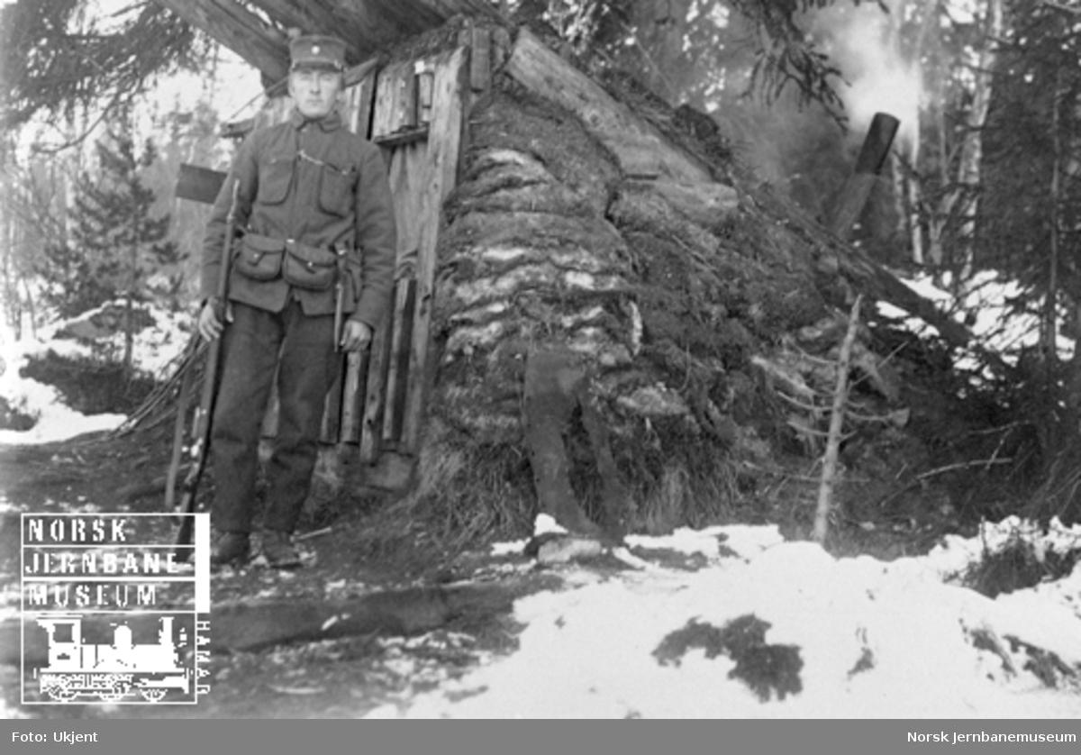Militær brovakt ved bru over Gaula ved Reitan med sin hytte