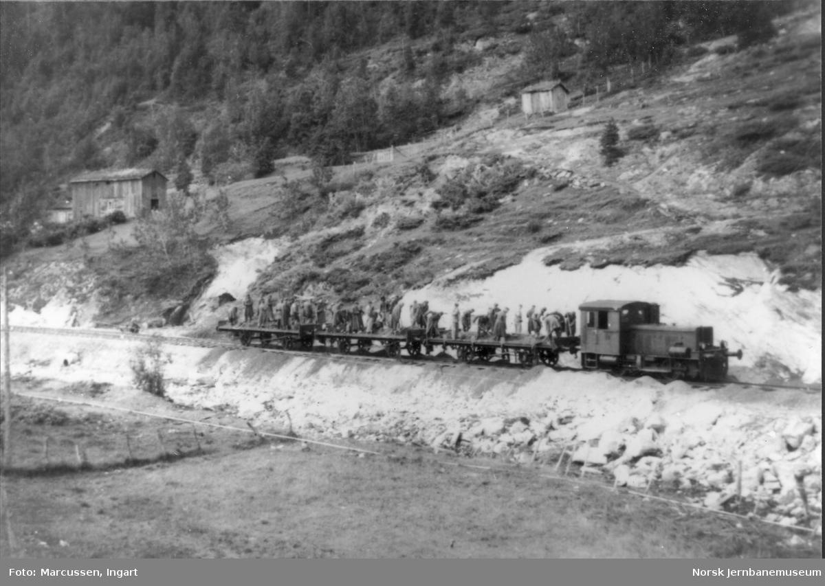 Tysk skiftelokomotiv med grusvogner på havnesporet på Rognan
