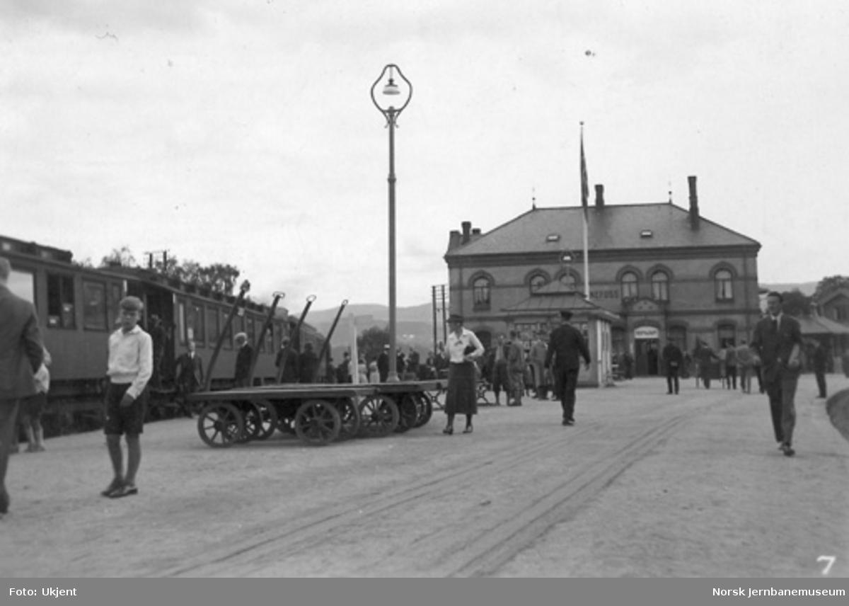 Hønefoss stasjon med bergenstog og reisende