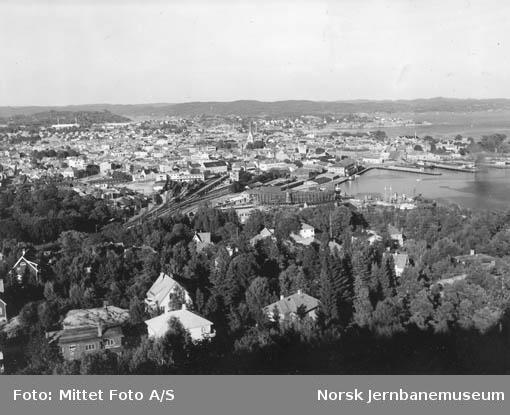 Oversiktsbilde over Kristiansand med stasjonsområdet