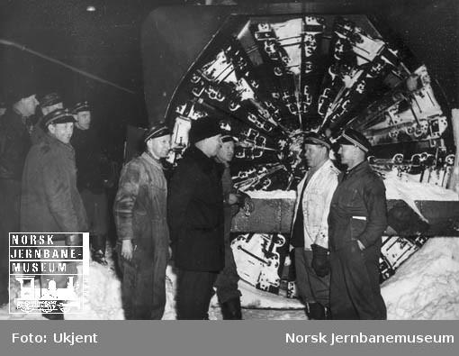 Snøblokade på Sørlandsbanen februar 1951 : roterende snøplog