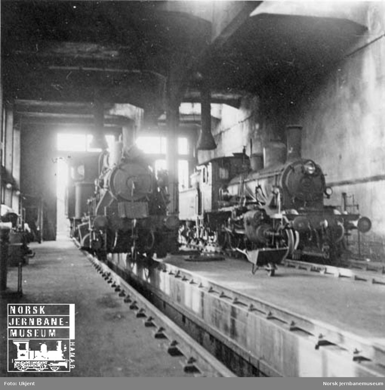 Lokomotivstall med damplokomotivene type 25a nr. 238 og 21c nr. 376