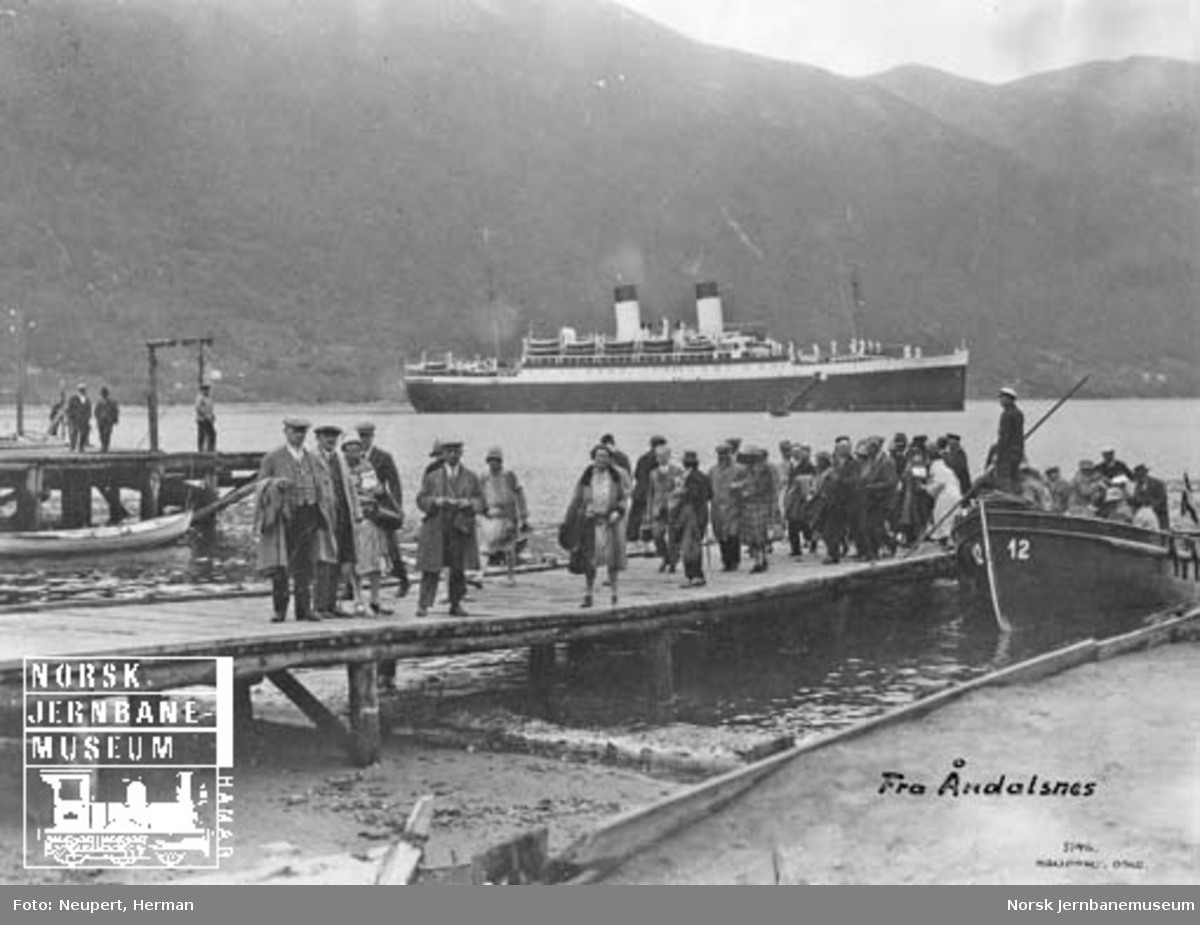 Cruisepassasjerer stiger i land i Åndalsnes