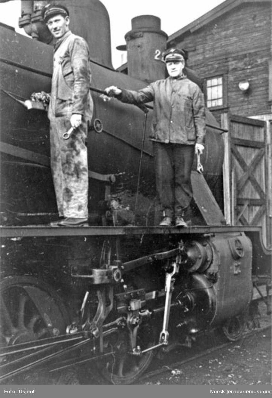 Oppsmøring og puss av lokomotiv nr. 222 før en tur til Sperillen