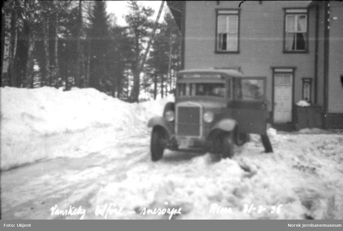 Snøsørpe utenfor stasjonsbygningen på Rena, lastebiler og rutebil