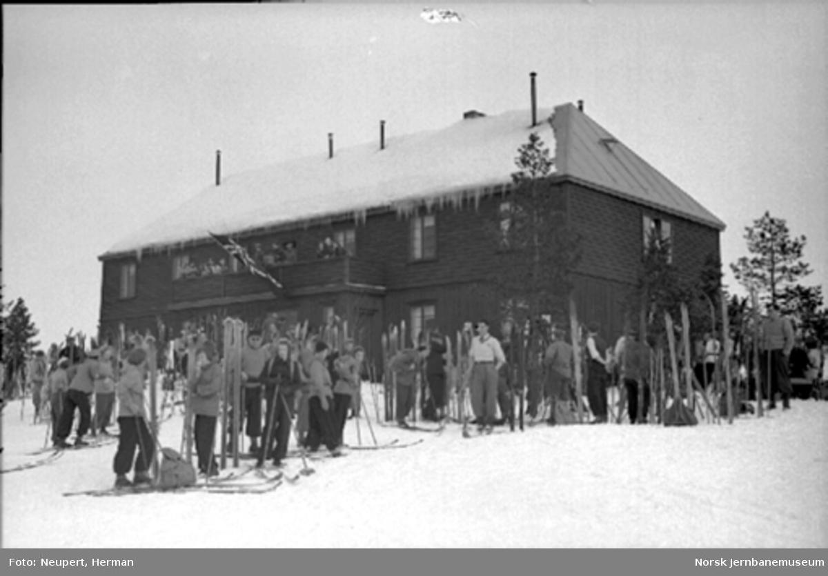 Skiturister foran bevertningssted ved Øysteinstul