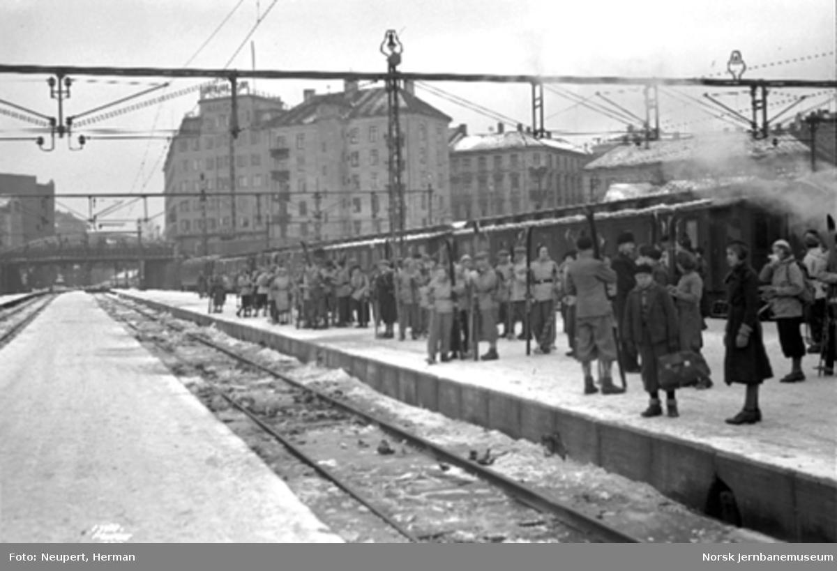 Reisende på plattformen på Oslo Vestbanestasjon