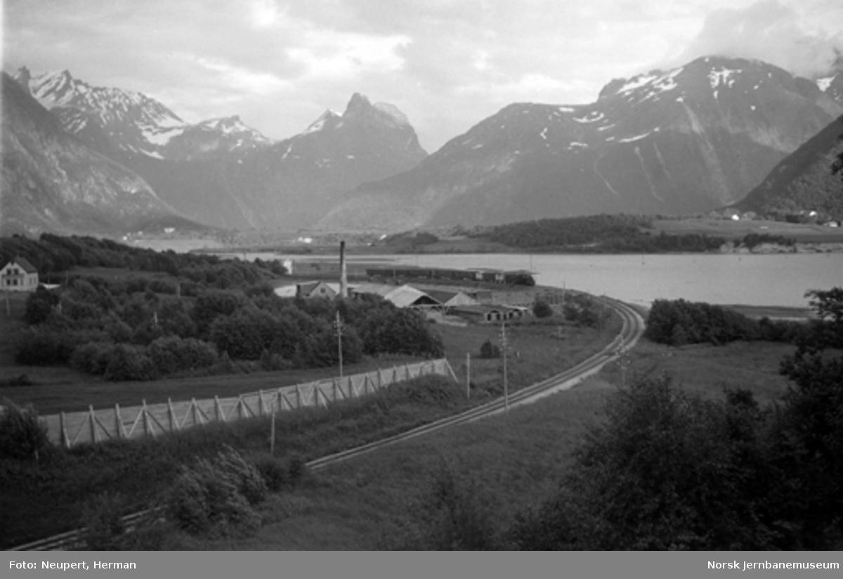 Raumabanens trasé ut fra Åndalsnes, tog ankommer