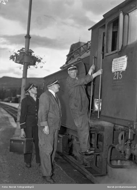 """Maskinen og """"beitet"""" - en tur med godstog 5283 Hamar-Lillehammer -  kl.12.30 Lillehammer. Lok.fører Hjalmar Simensen overtar for å kjøre lok 215 i tog 5284 til Hamar. J"""