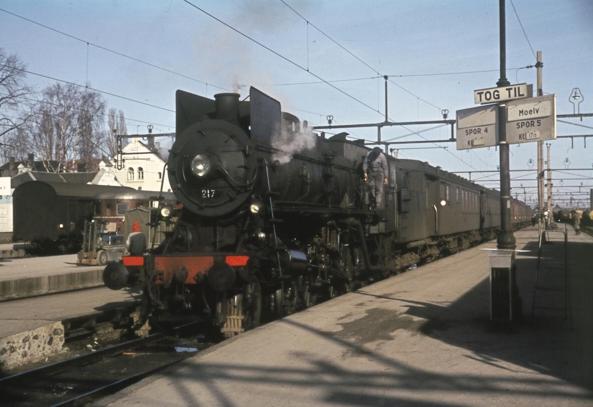 Ekstra påsketog fra Rørosbanen, trolig tomtog, på Hamar stasjon.