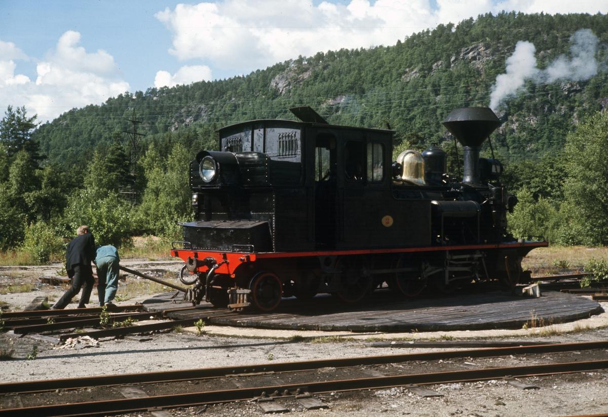 Setesdalsbanens damplok nr 2 på svingskiven på Grovane