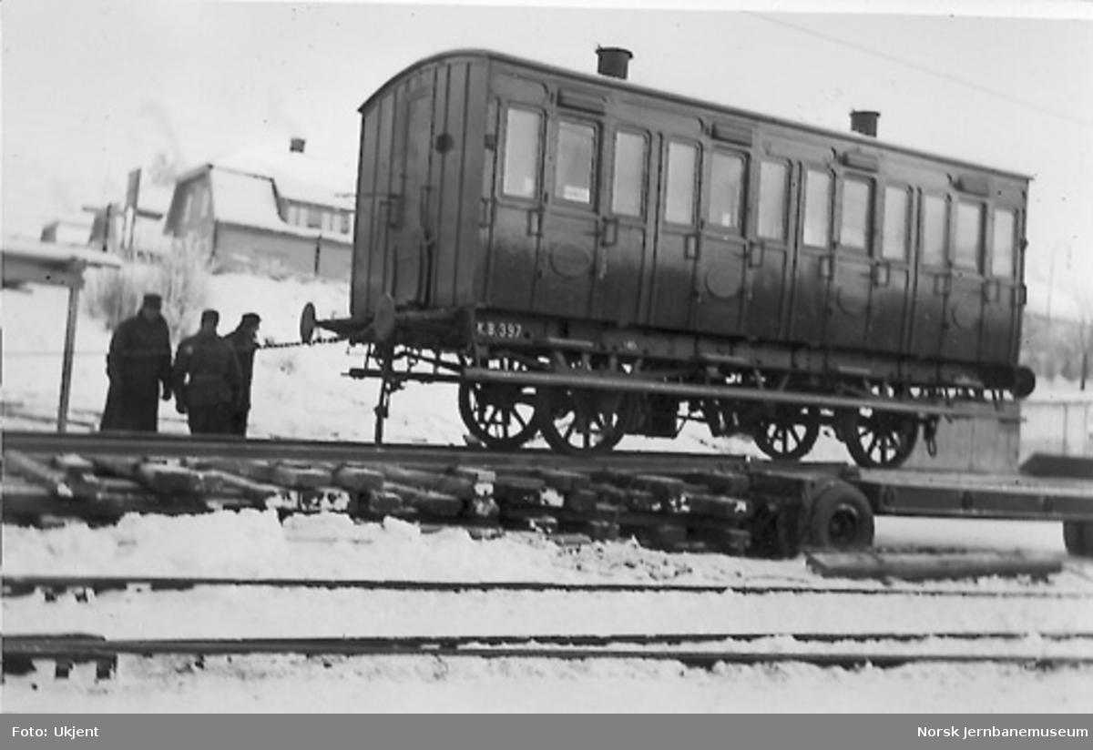 Lossing av vogn nr. 397 fra henger, trolig på vei til jubileumsutstillingen i Oslo