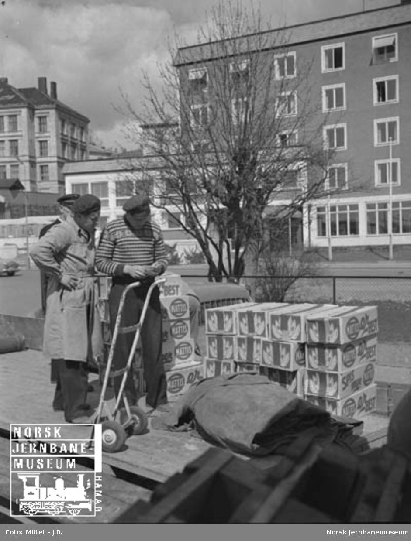 Lågendalsruten : lasting av bananer i Larvik; sjåfør Hilmar Sommerstad og stasjonsbetjenter