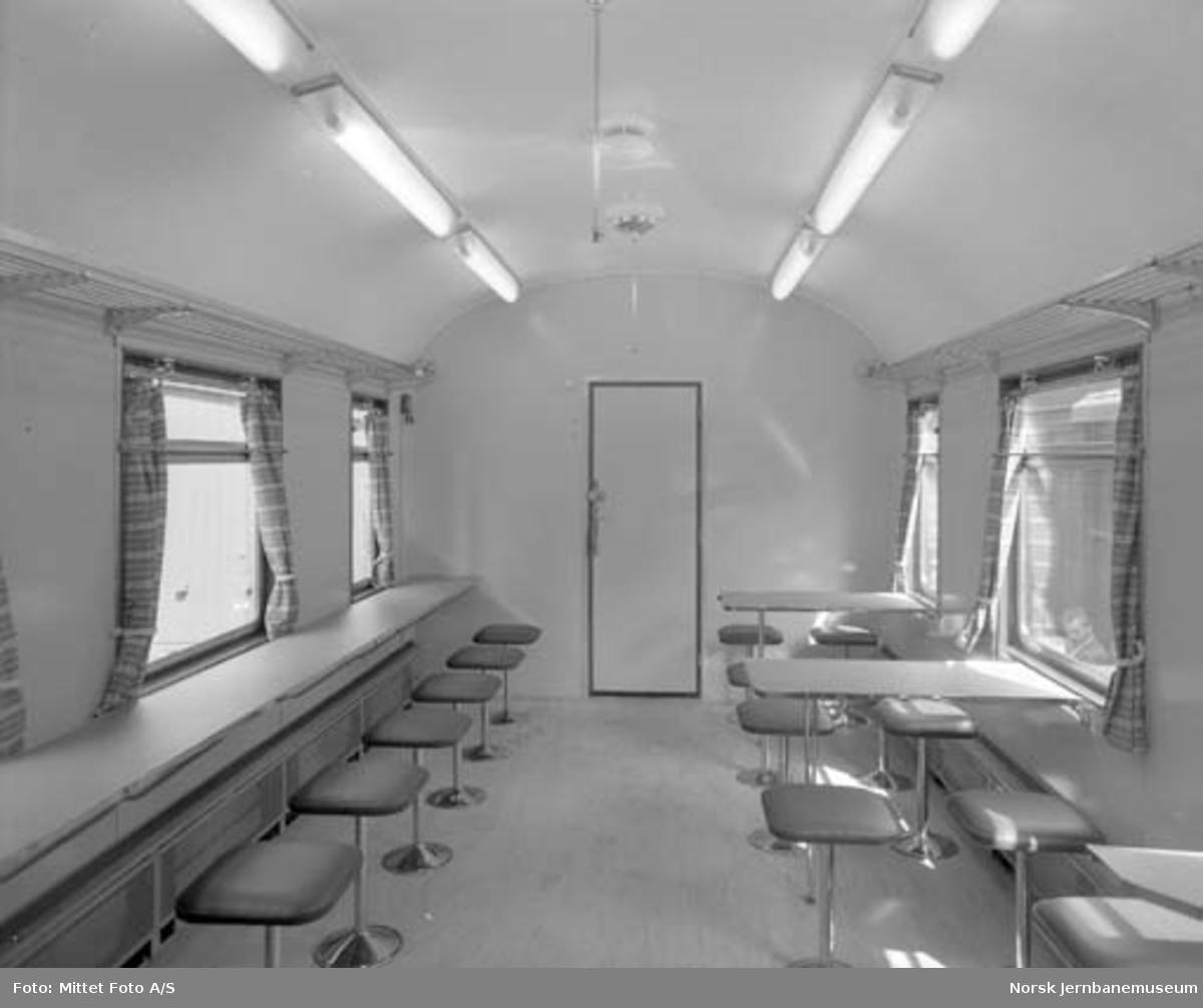 Interiørbilder fra ombygd kafeteriavogn for Vestfoldbanen, litra Eo nr. 644