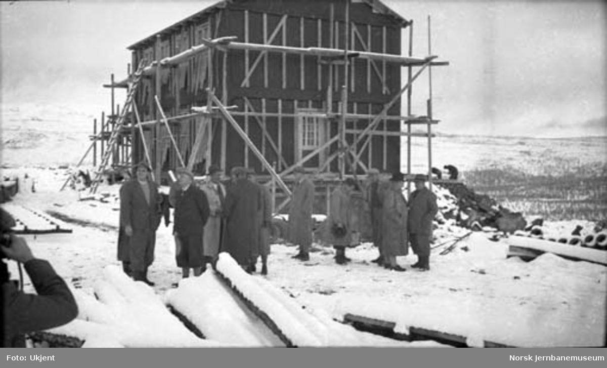 Lønsdal stasjonsbygning under bygging; ved befaring