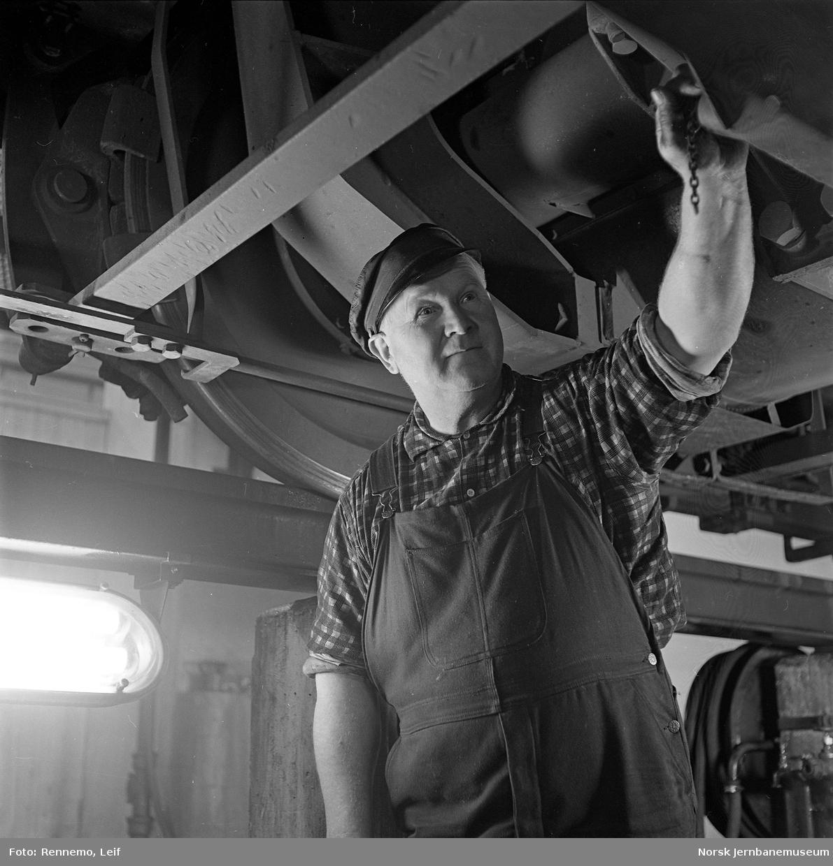 Kontroll av lokomotivunderstell i Fjellstallen, Lodalen