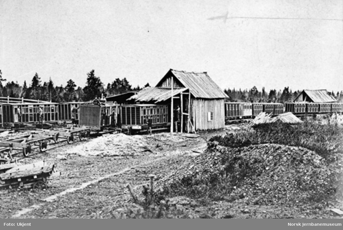 Personvogner til Rørosbanen under sammensetting i et provisorisk verksted i grustaket ved Heimdal stasjon