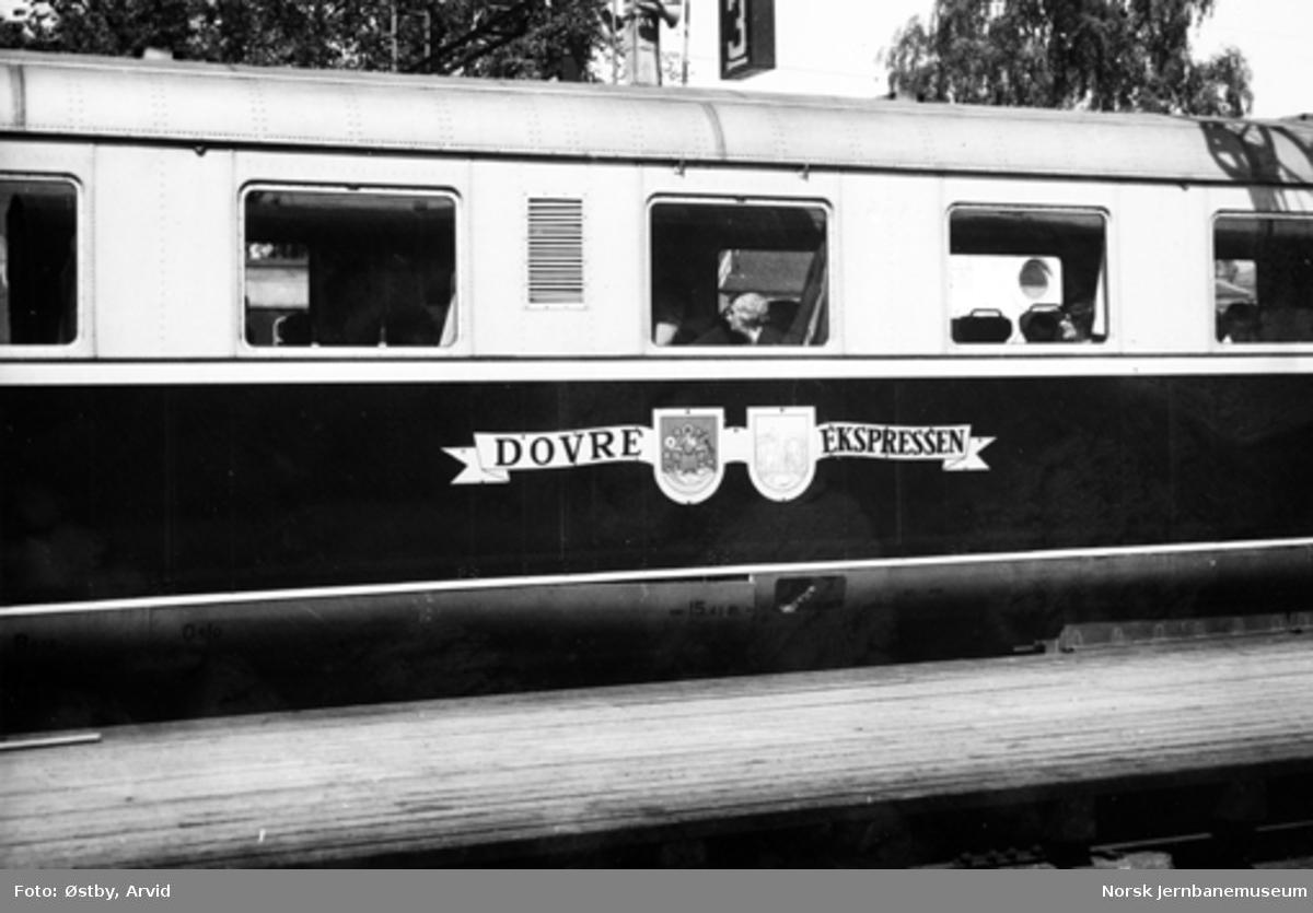 """Skilt """"Dovreekspressen"""" på motorvognsett type 88"""