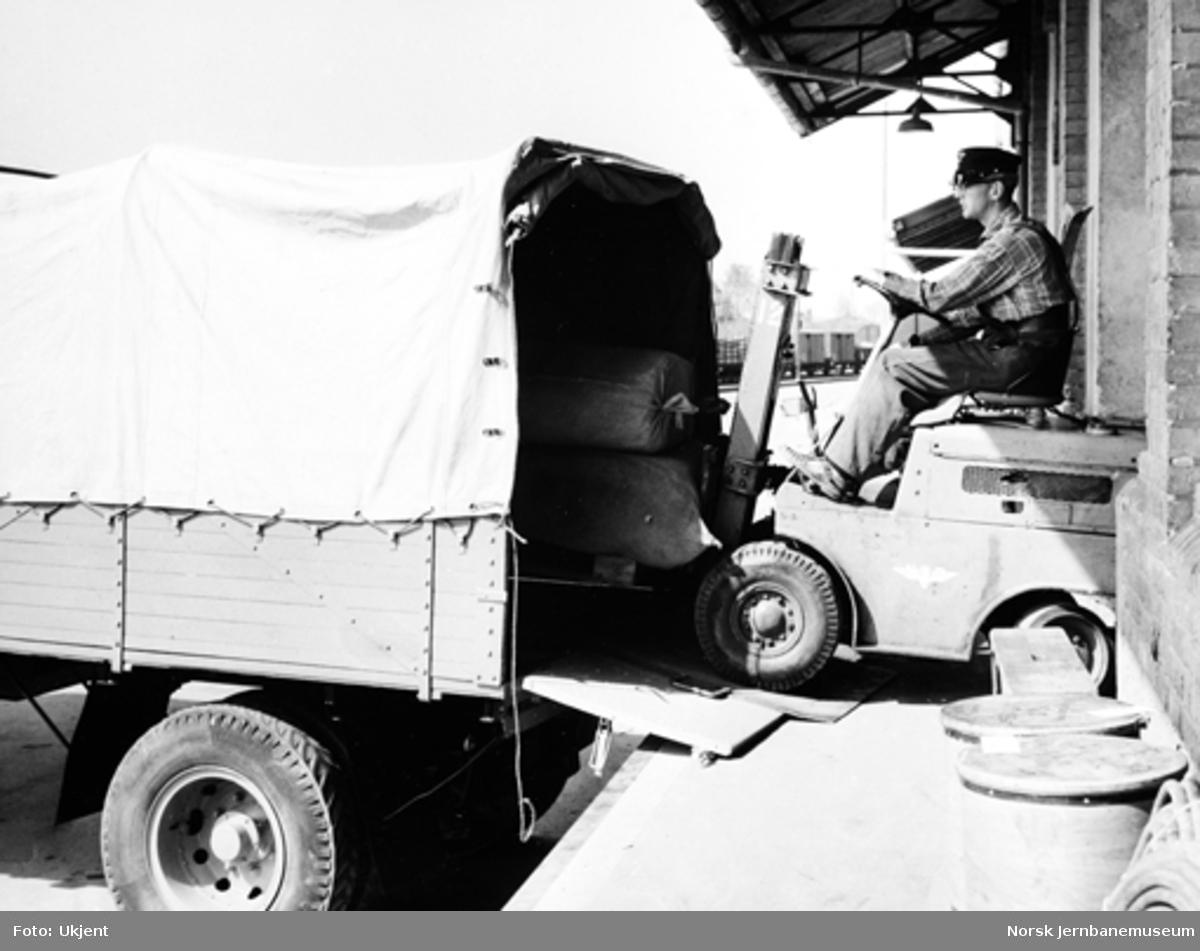 Omlasting av gods til lastebil - knutepunkttrafikk
